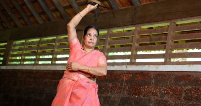 73 yaşındaki 'kılıç büyükanne' şaşkına çevirdi