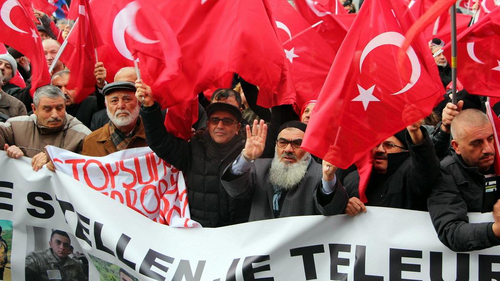 Hollanda'da 'Teröre Lanet Demokrasiye Davet' gösterisi düzenledi