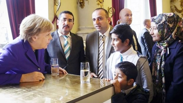 Merkel, saldırıya uğrayan Fatih Camii'nin imamıyla görüştü