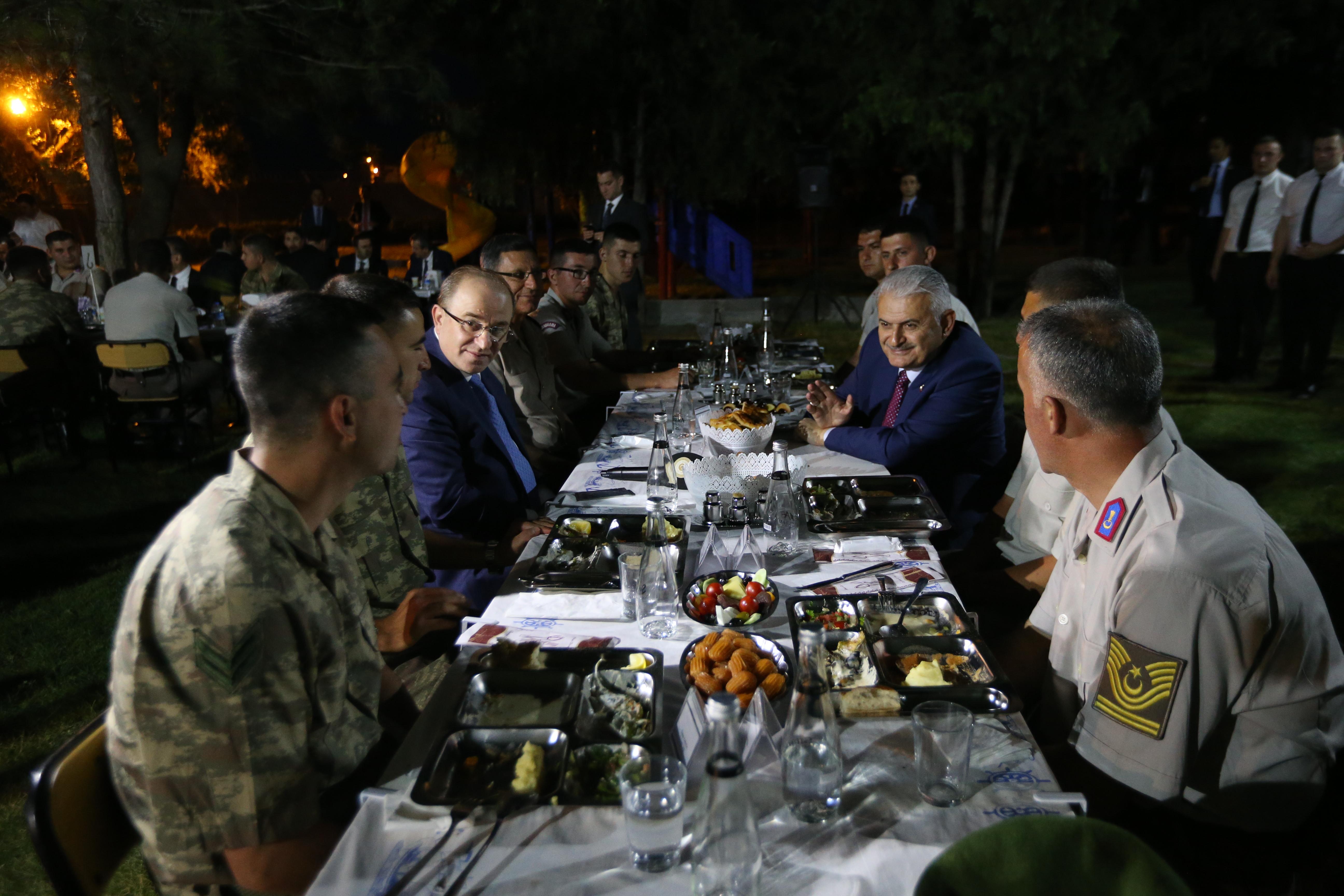 Başbakan Yıldırım, Temelli Jandarma Karakolu'nda iftar etti