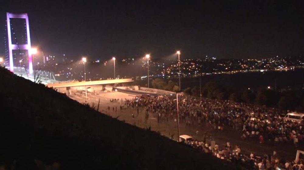 Boğaziçi Köprüsü'nün ayağından sniper ile halka ateş eden haini polis indirdi