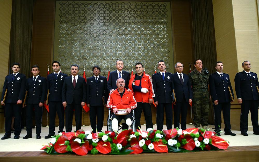 Cumhurbaşkanı Erdoğan ödül verdiği Gazi ile yakından ilgilendi