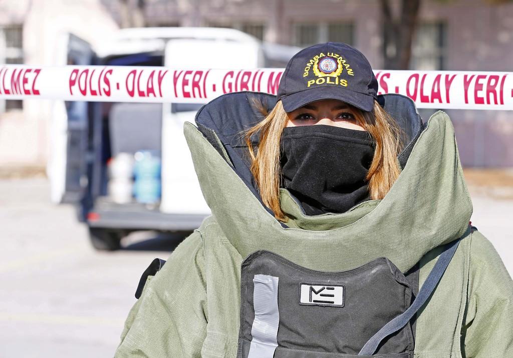 Kadın bomba imha uzmanının 'ağır yükü'