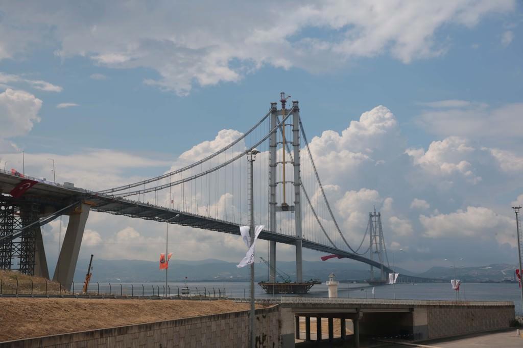 Kocaeli Osmangazi Köprüsü ulaşıma açılışını oynayarak kutladılar