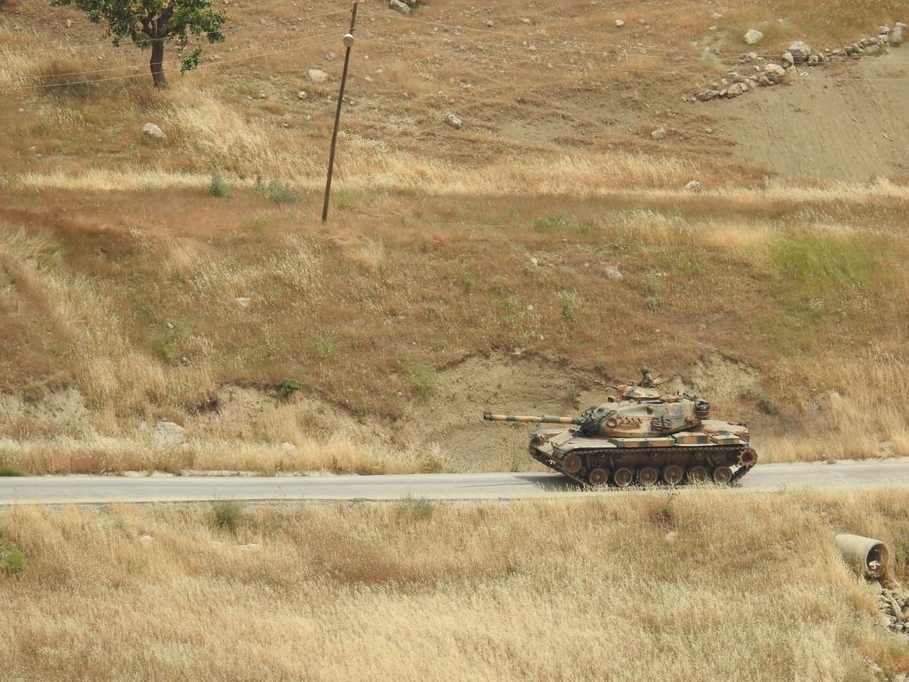 Tanklar üslerine geri dönüyor