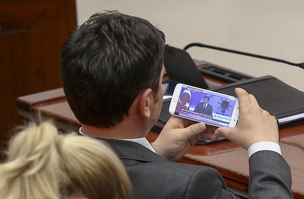 Vekiller Davutoğlu'nun konuşmasını cep telefonundan izledi