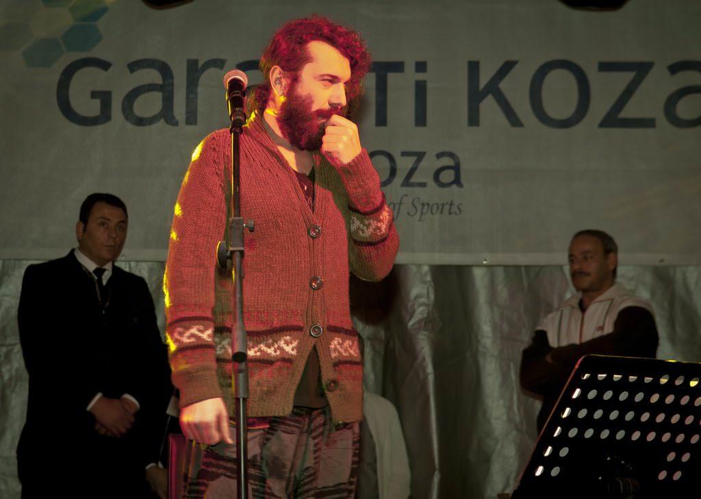 Halil Sezai alkol sınırını aşıp sahnede saçmaladı!