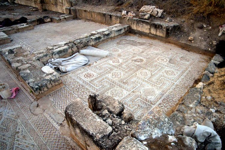 Emevi sarayında bulundu