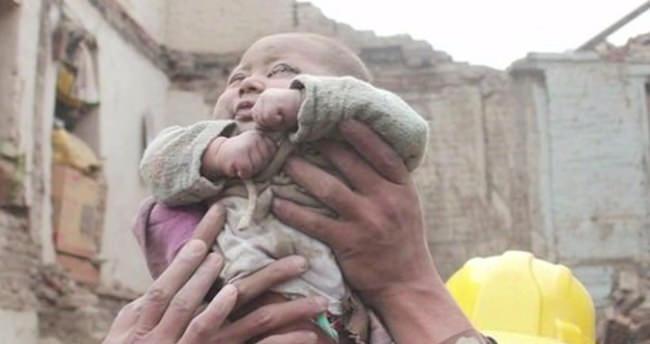 Nepal'deki deprem enkazından bir bebek sağ çıkarıldı