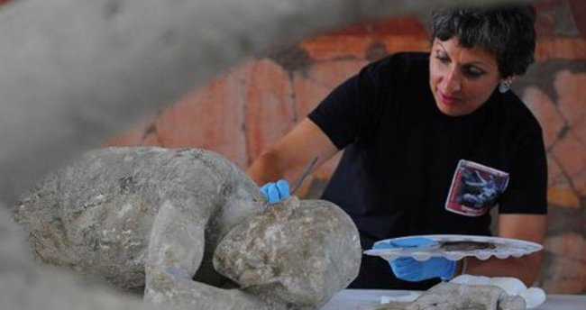 Pompei'deki kazılarda taşlaşmış bebek cesedi çıkarıldı