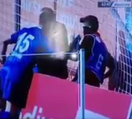 Sivasspor kalecisi Tolgahan Acar, top toplayıcı çocuğun üzerine yürüdü