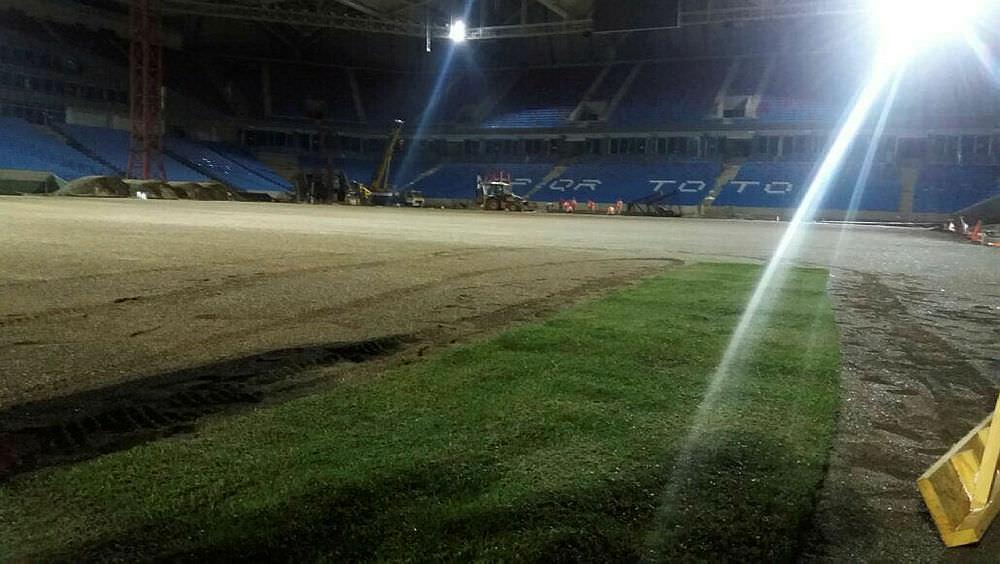 Akyazı Stadı'nda çimler seriliyor