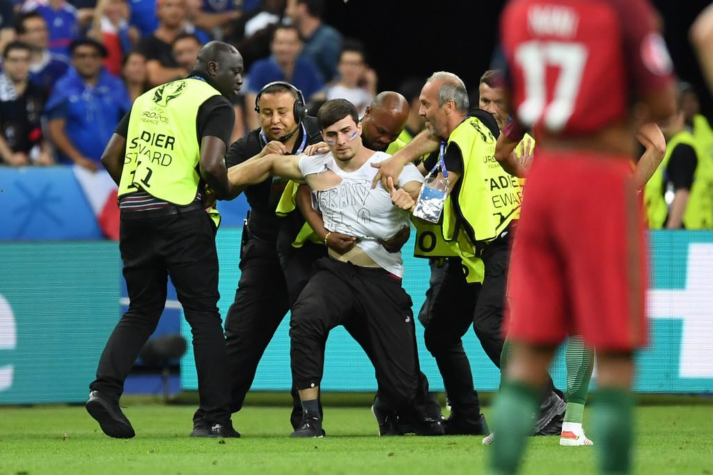 EURO 2016 finalinde sahaya seyirci girdi