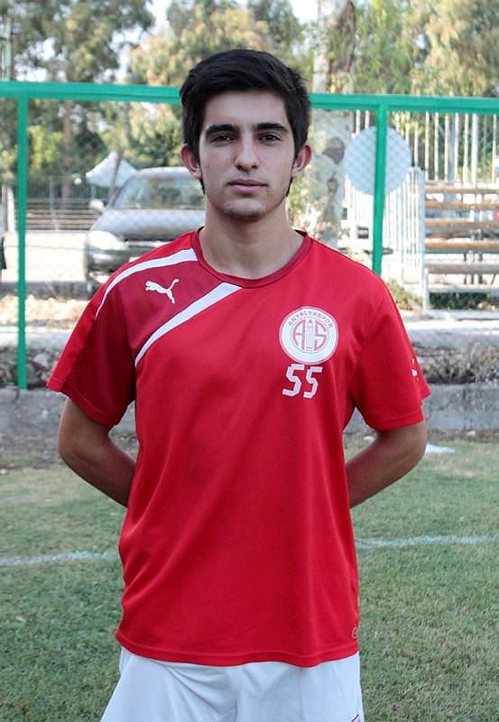 Genç futbolcu falezlerden düşüp öldü