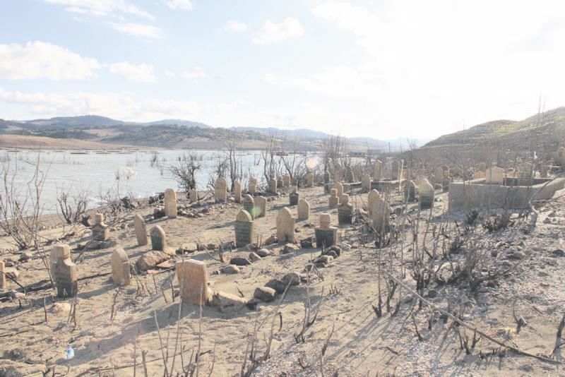 Barajdaki su azalınca köy ortaya çıktı