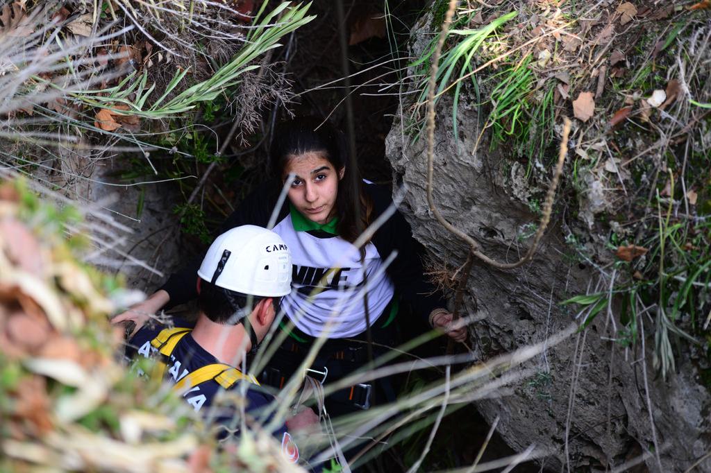 Çantasını almak isterken mağarada mahsur kaldı!