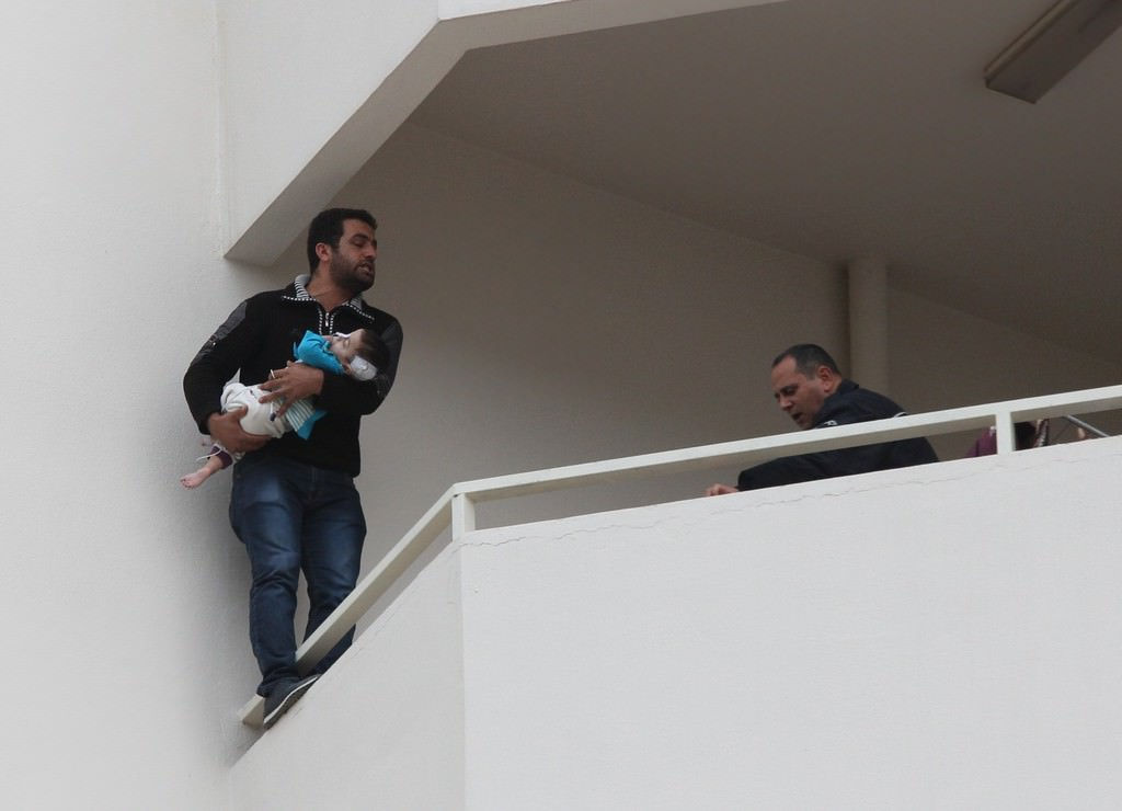 Çocuğuyla intihara kalkıştı: Vatandaşlar telefona sarıldı