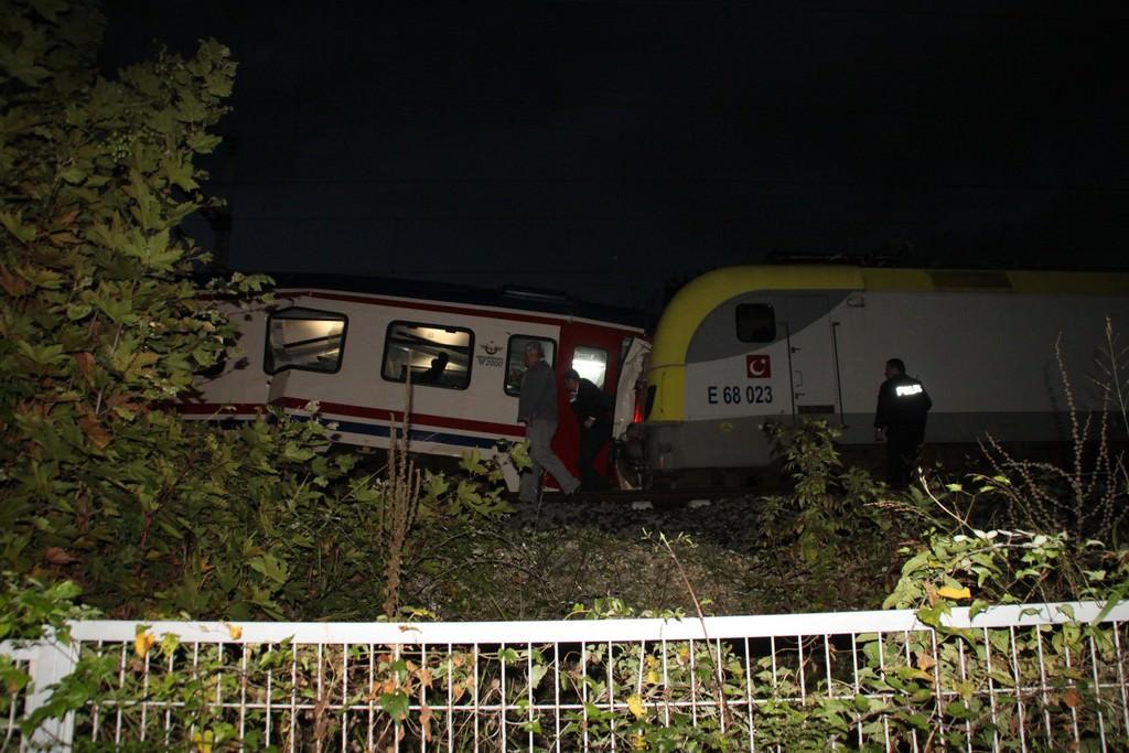 İki tren kafa kafaya çarpıştı