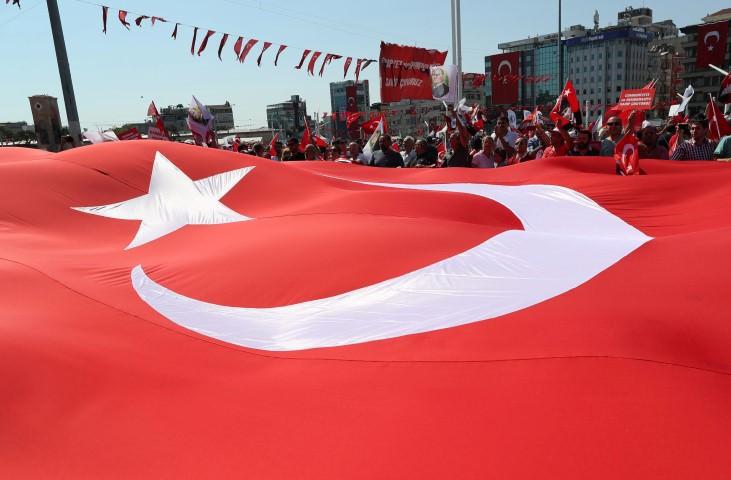 """İstanbullu Taksim'de """"darbeye hayır"""" demek için toplandı"""