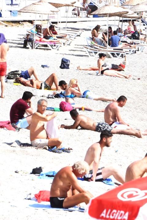 Kadın turistleri bakışlarıyla taciz ettiler