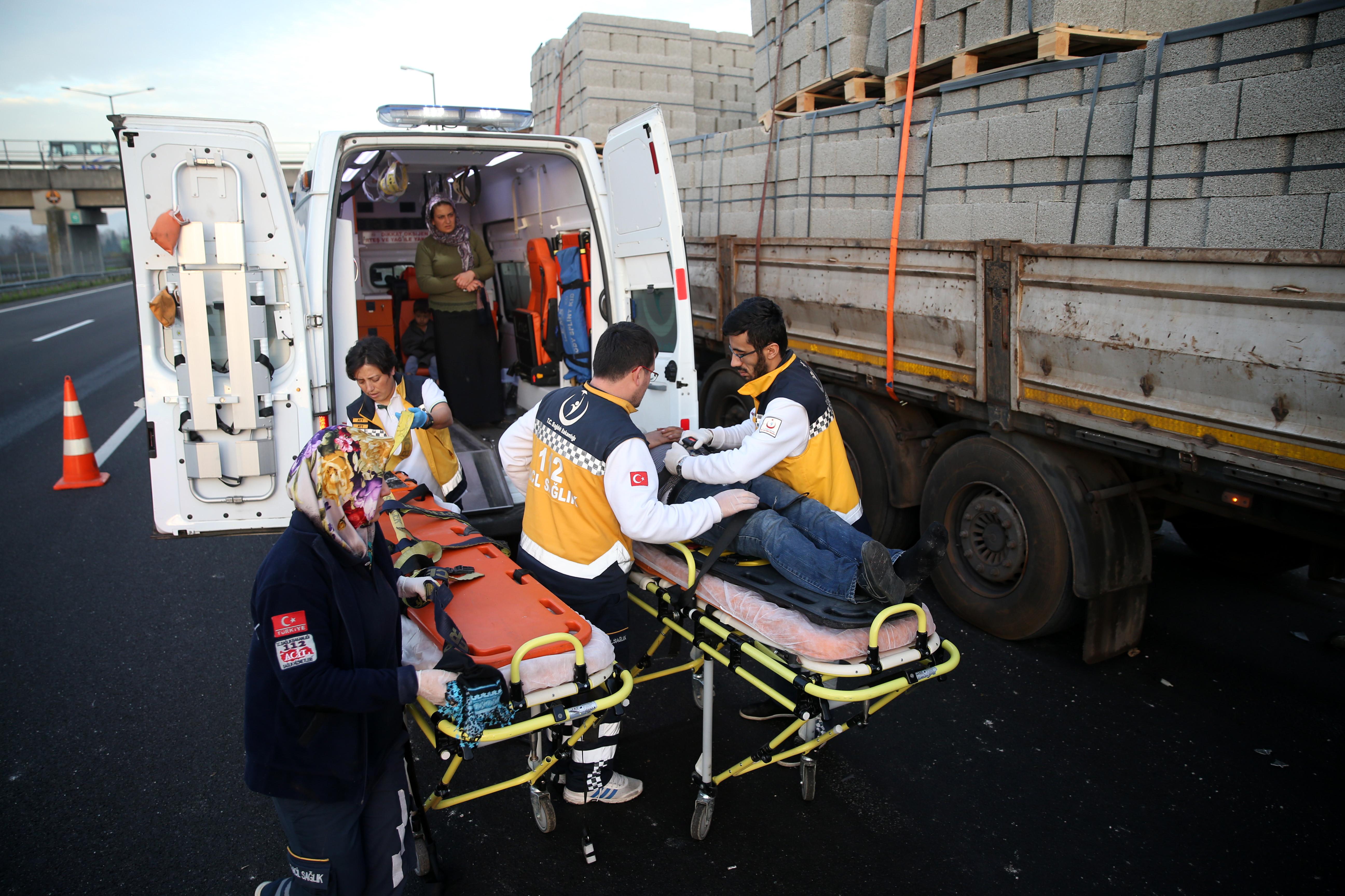 Otobüs park halindeki TIR'a çarptı: 1 ölü, 10 yaralı