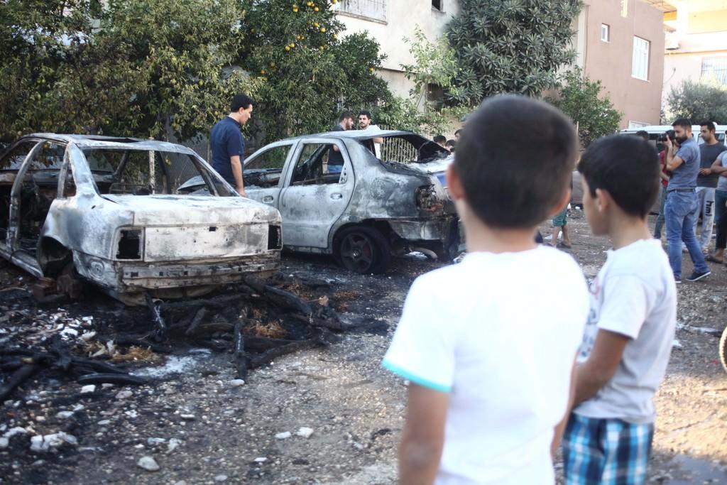 Oyun oynayan çocuklar otomobilleri yaktı