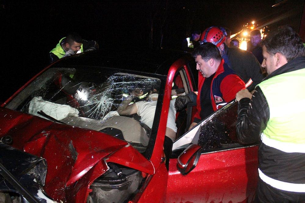 Otomobil, emniyet şeridinde duran otomobile çarptı: 8 yaralı