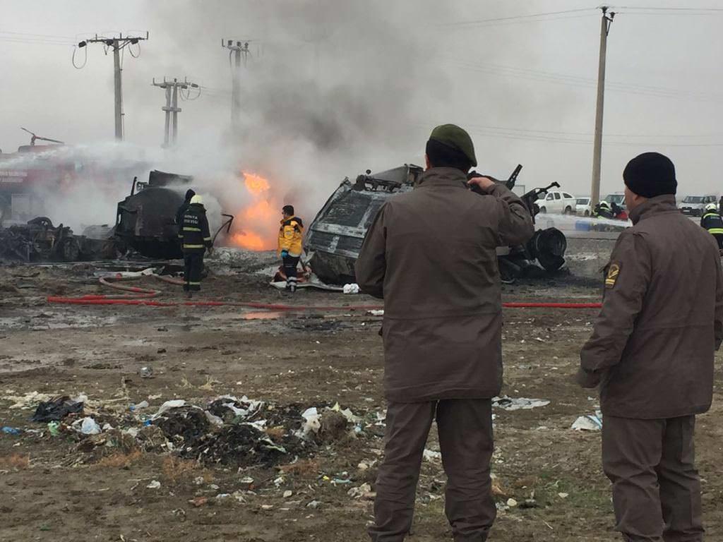 TIR ile çarpışan yakıt tankeri patladı :2 ölü