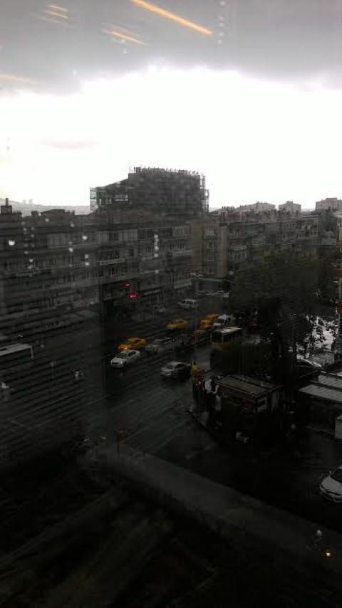 İstanbul'da ani bastıran sağanak şehri felç etti!