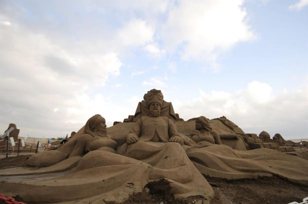 10 Bin ton kumla yapılan heykeller