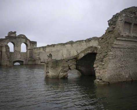 400 yıllık sömürge kilisesi sular çekilince ortaya çıktı