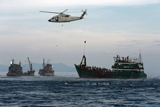 Arakanlı Müslümanlar günlerdir bir gemide aç ve susuz