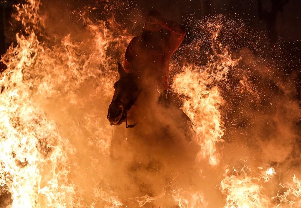 Atları ateş üzerinden atlıyorlar çünkü...