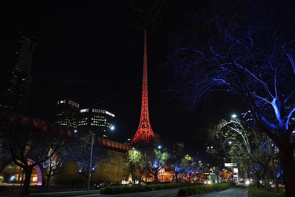Avustralya'nın Victoria eyaletinde bazı binalar kırmızı-beyaz ışıklandırıldı