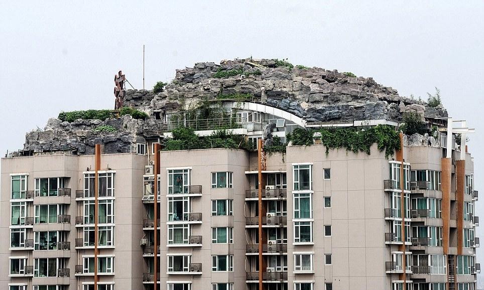 Binanın çatısına dağ inşa etti