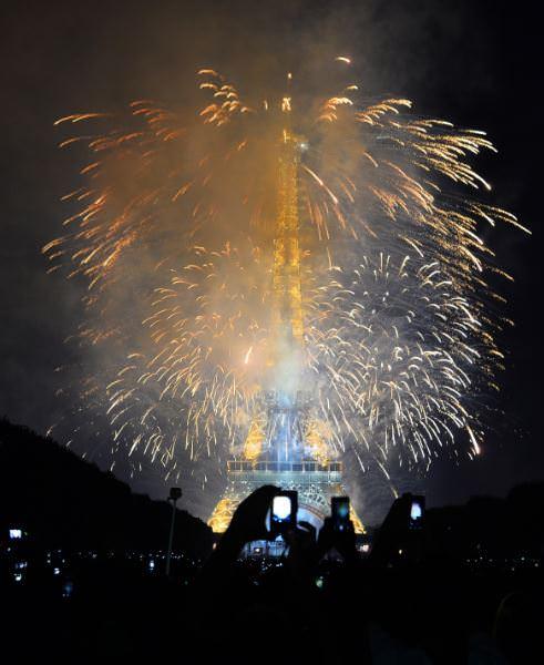 Eiffel Kulesi'nde havai fişek gösterisi