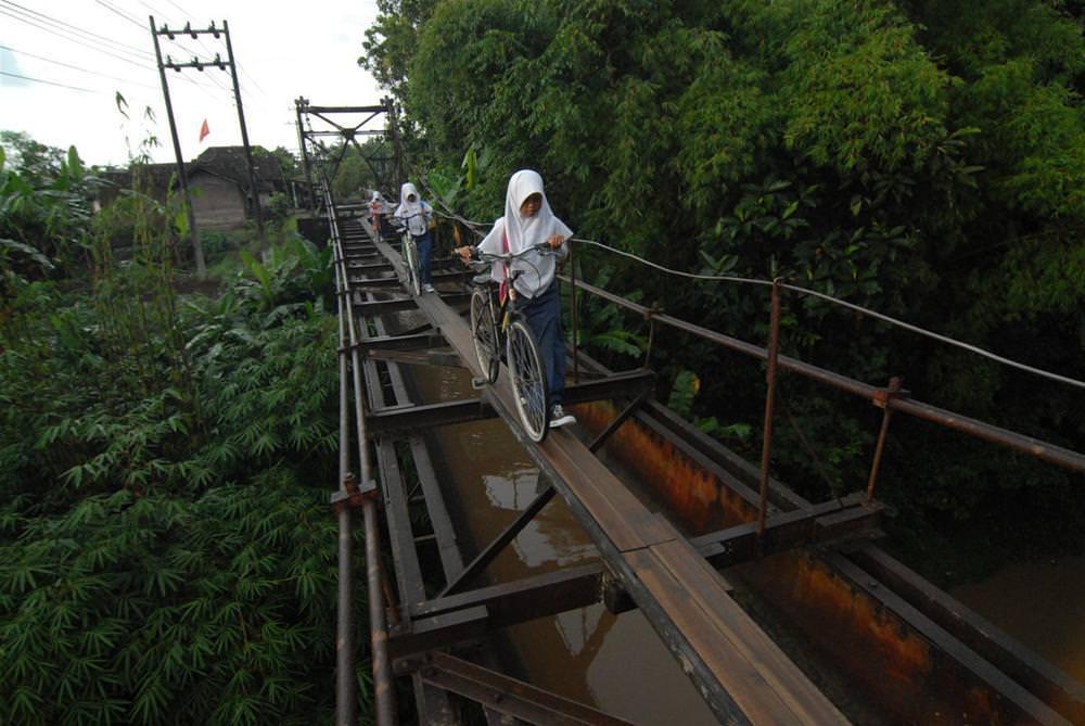 Endonezya'lı öğrencilerin tehlikeli okul yolculuğu