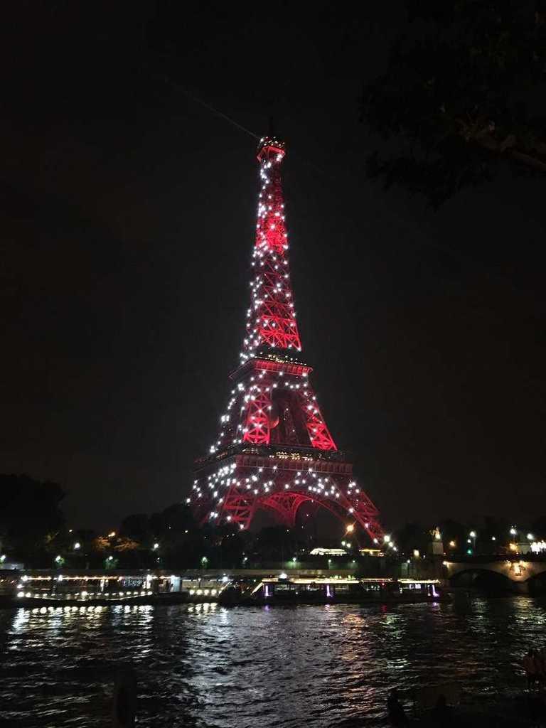 Eyfel Kulesi kırmızı - beyaz!