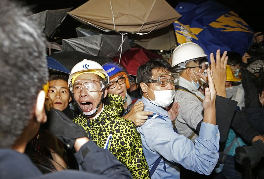 Eylemciler parlamentoyu bastı