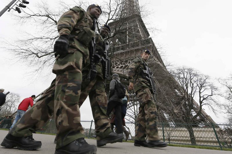 Fransa'da ordu sokaklarda