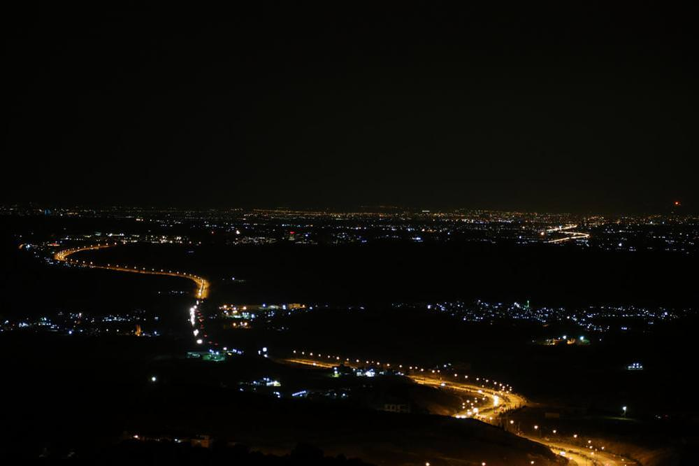Jeneratörlerle aydınlatılan kent