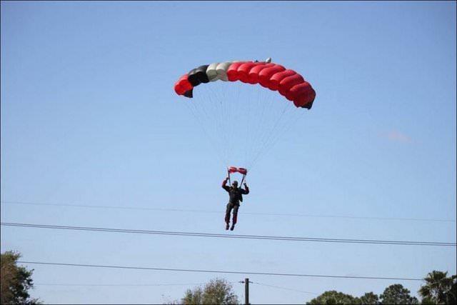 Paraşütçüye uçak çarptı!