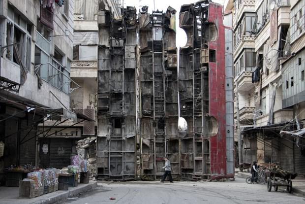 Suriye'de Esad'ın keskin nişancılarından korunmak için otobüsler siper yapıldı