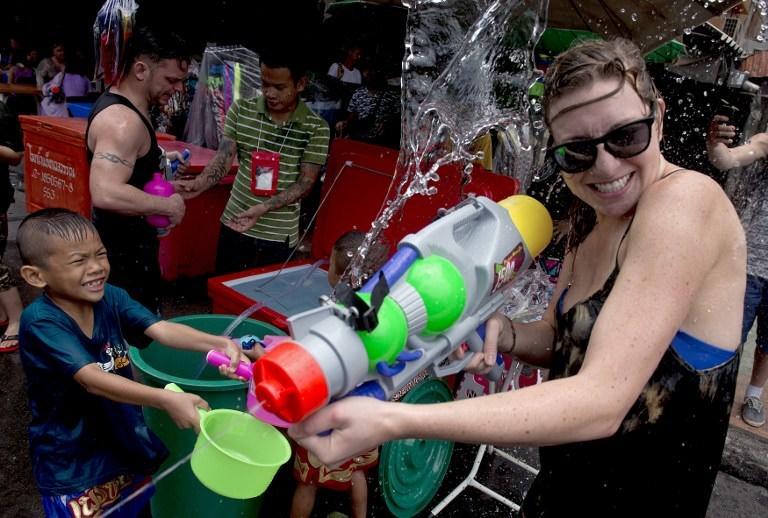 Uzakdoğu'da 'sulu' kutlama