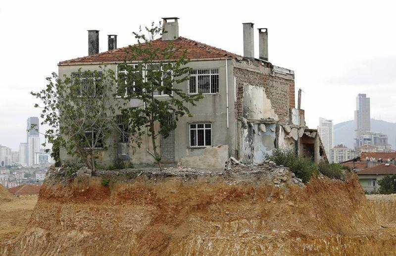 """Fikirtepe'de """"tek ev"""" böyle yıkıldı"""