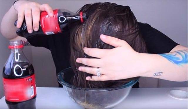Saçlarını kola ile yıkadı!