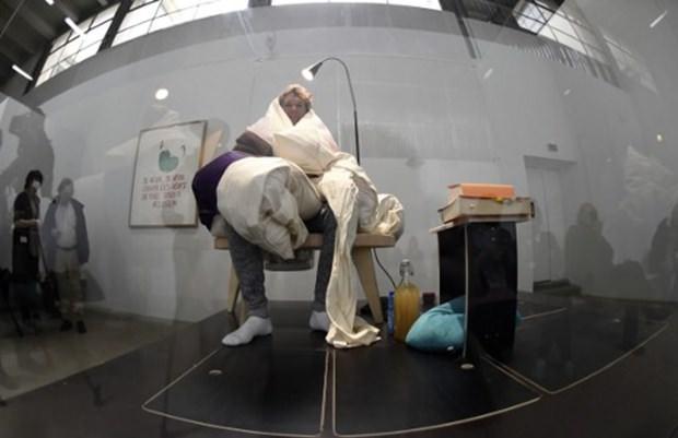 Fransız sanatçı yeni performansında 'kuluçkaya yattı'