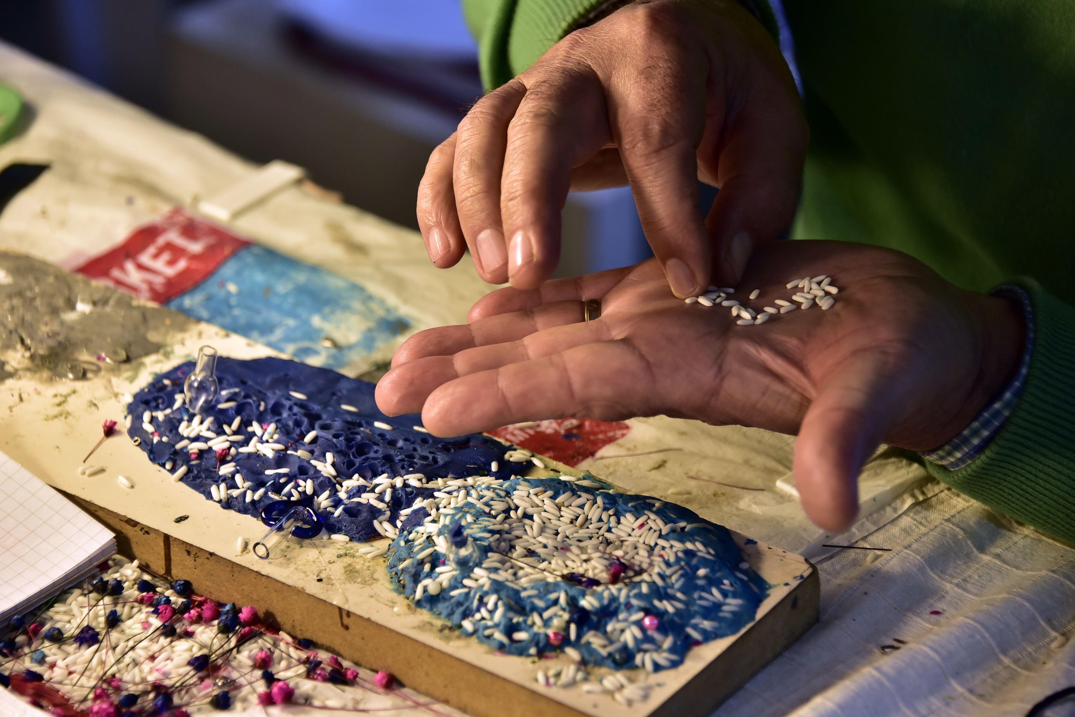 Pirinç tanelerini sanata dönüştürüyor