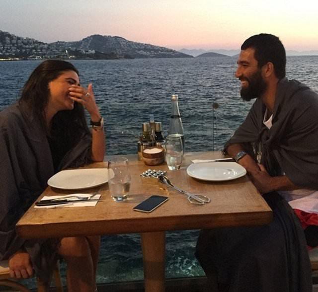 Arda Turan ve sevgilisi düşman çatlatıyor