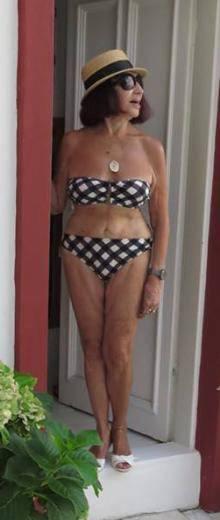 Gülriz Sururi bikiniyle poz verdi